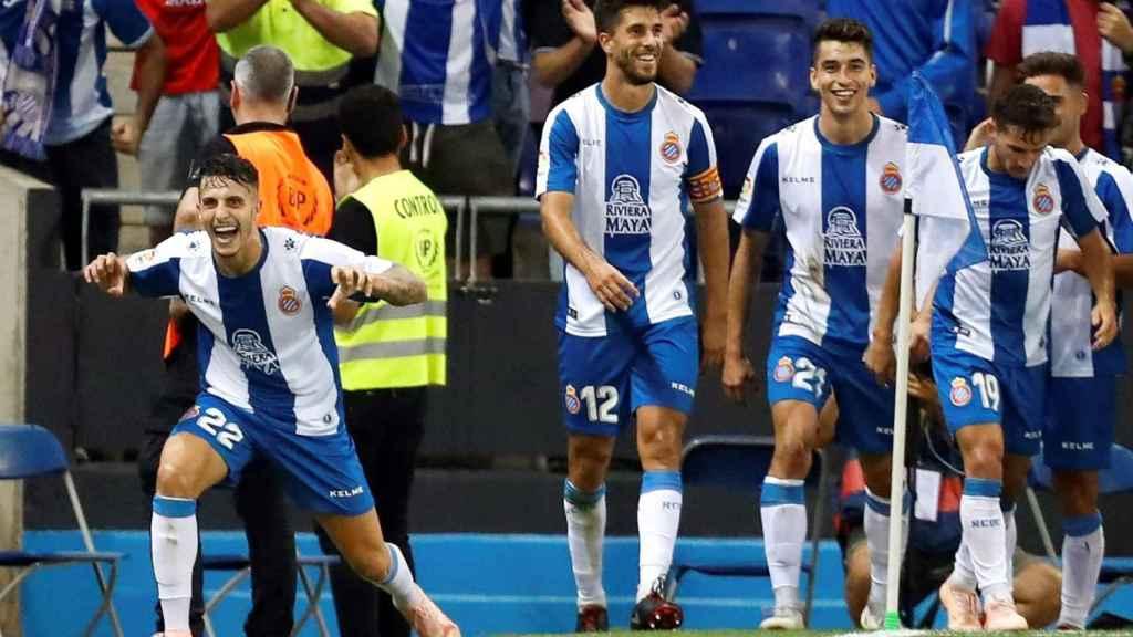 Los futbolistas del conjunto de Llobregat celebrando el gol