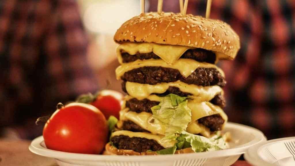 Una hamburguesa de cinco pisos elaborada con carne procesada.
