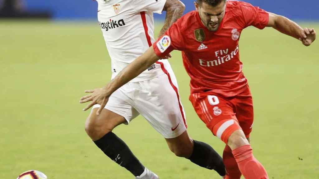 Nacho pelea por un balón con un jugador del Sevilla