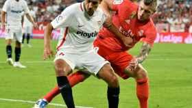 Jesús Navas protege el balón ante el jugador alemán del Real Madrid, Toni Kroos
