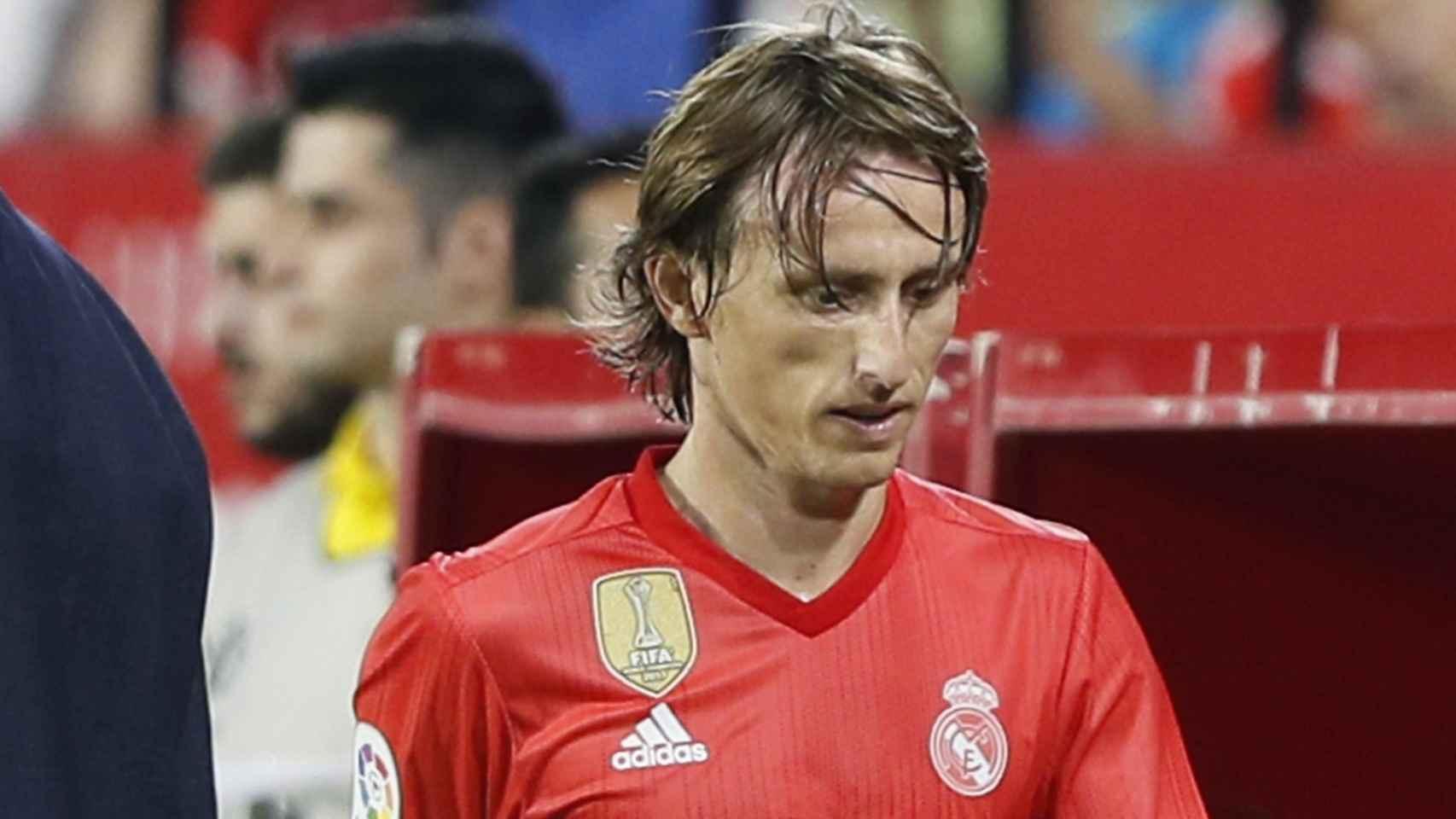 El centrocampista croata del Real Madrid, Luka Modric, abandona el terreno de juego tras ser sustituido