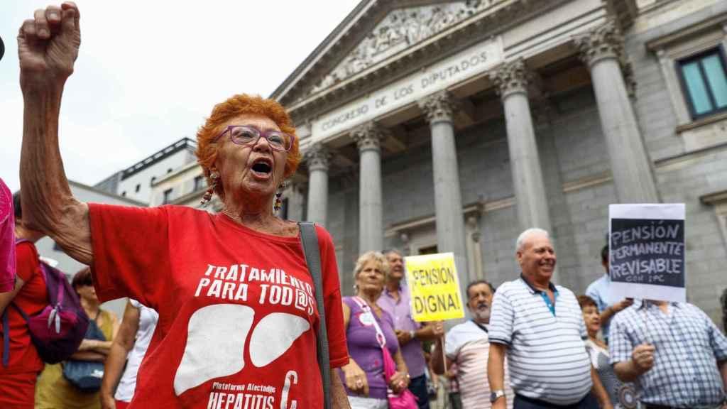 Cientos de pensionistas se manifiestan a las puertas del Congreso de los Diputados.