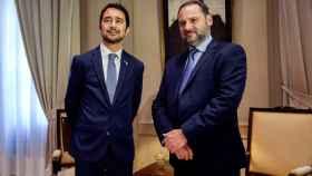 José Luis Ábalos y Damián Calvet, en la sede del Ministerio de Fomento en Madrid.