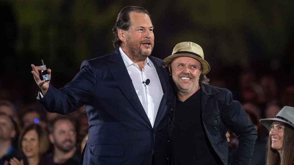 Marc Benioff, fundador de Salesforce, junto con Lars Ulrich, batería de Metallica.