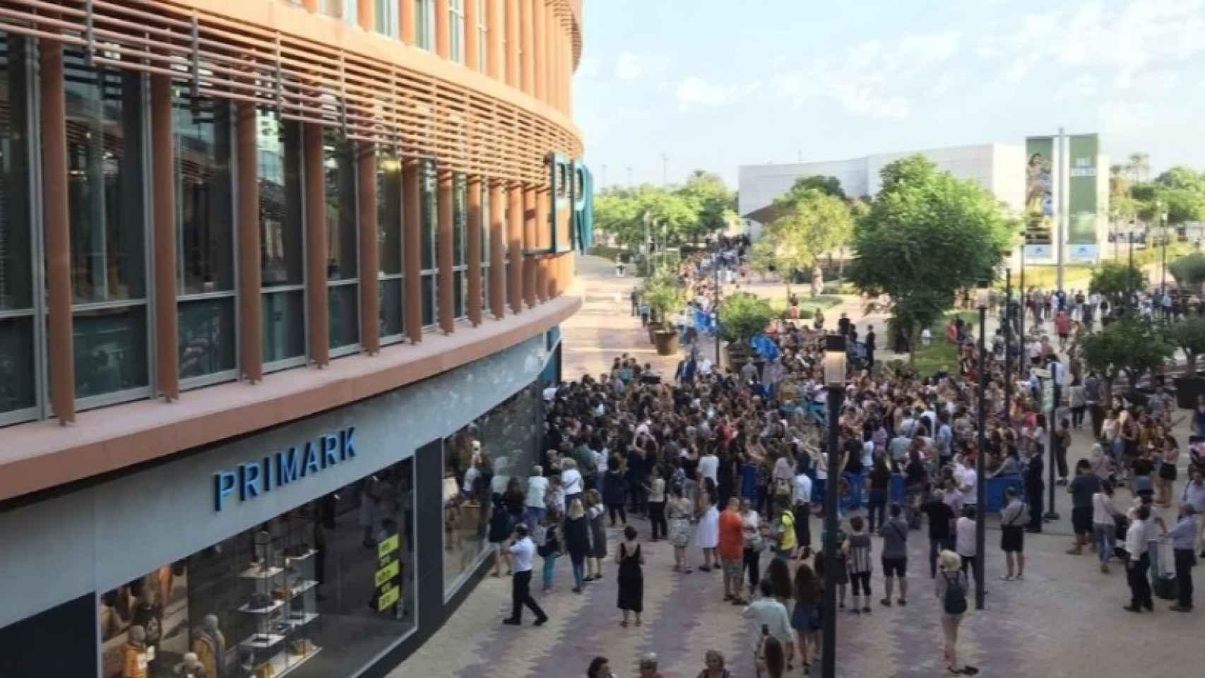 Las colas en la entrada del nuevo Primark, ubicado en el centro comercial Torre Sevilla (Sevilla).