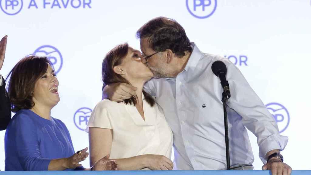 Mariano Rajoy y Elvira Fernánez se besan tras la victoria del mandatario político.