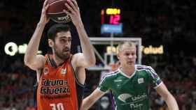 Joan Sastre y Sasu Salin durante un Valencia Basket - Unicaja. Foto: valenciabasket.com