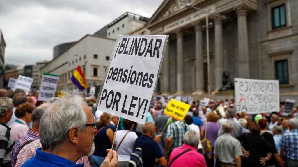 Cientos de jubilados a las puertas del Congreso exigen que el IPC en las pensiones quede fijado por ley.