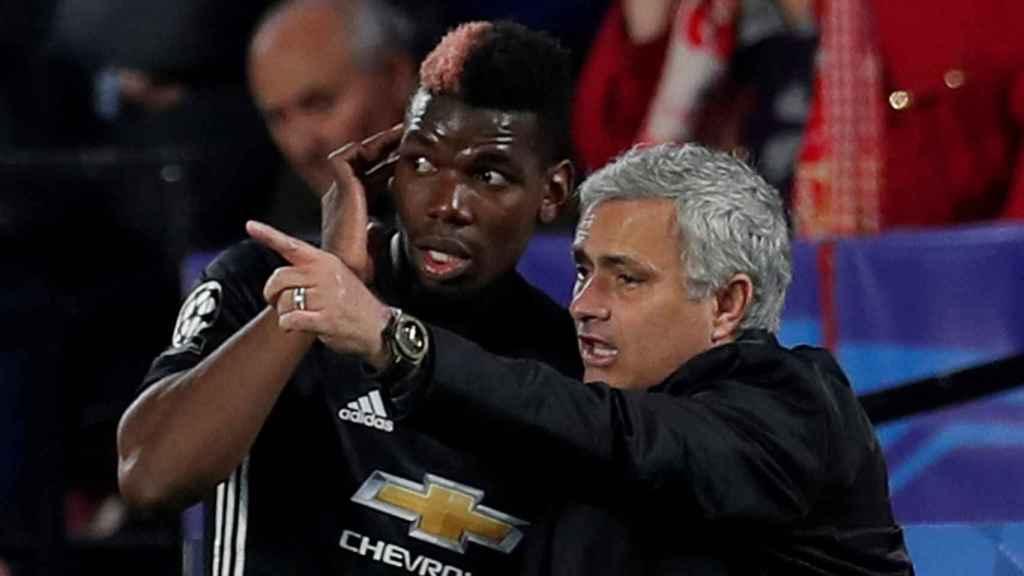 Mourinho habla con Pogba desde la banda.