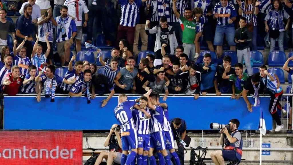 Los jugadores del Alavés celebrando un gol