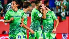 Los jugadores del Betis celebran el gol de Loren