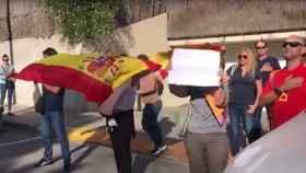 Varios de los manifestantes a las puertas del instituto El Palau.