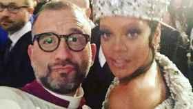La cantante Rihanna con un integrante del Coro de la Capilla Sixtina en el MET.
