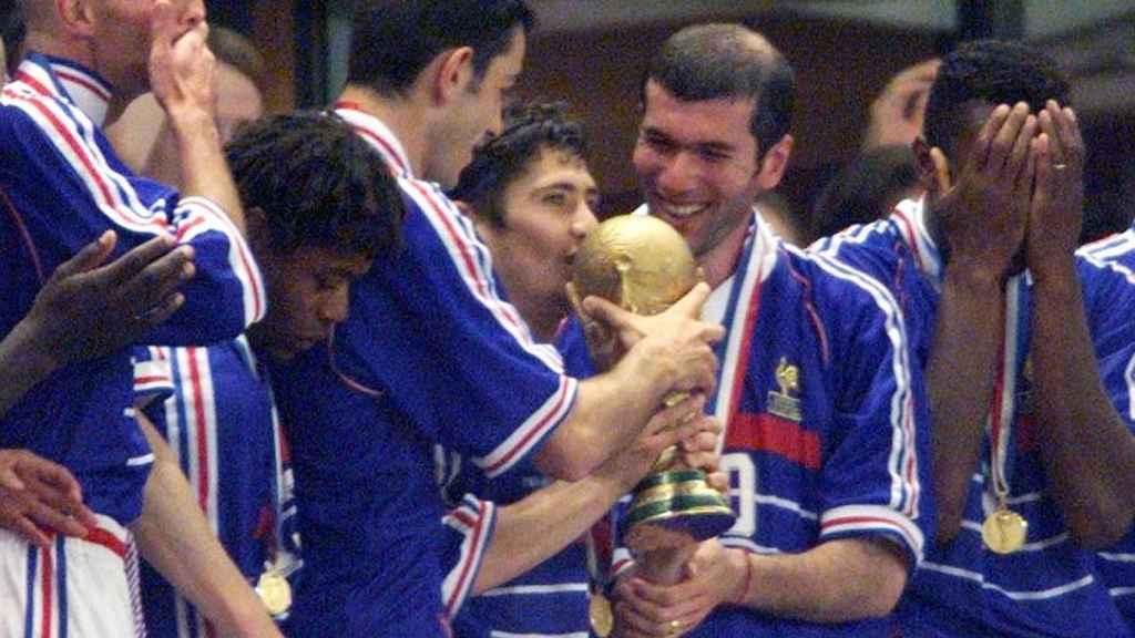 Zidane sujeta la Copa del Mundo tras ganar a Brasil.