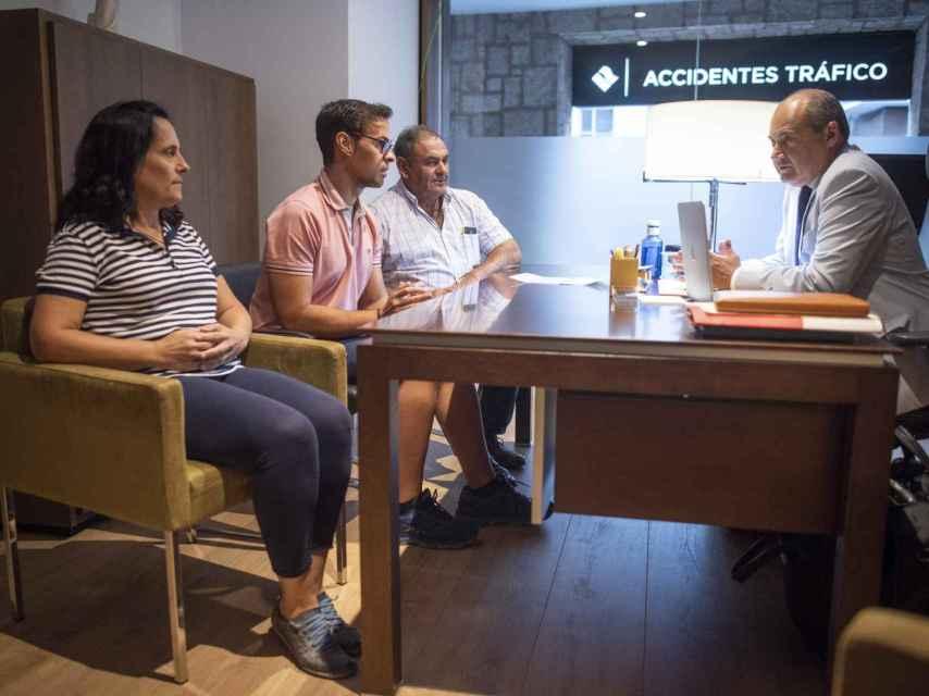 Los padres de Adrián Vázquez, Antonio y Pilar, tuvieron una cita este pasado jueves con su letrado, Luis Romero, doctor en Derecho Penal.