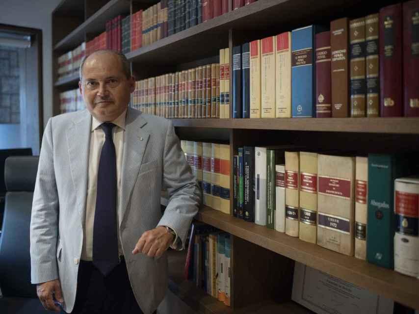 Luis Romero, letrado de la familia de Adrián Vázquez, asumió el caso dos meses después del accidente. En la imagen, posa en su despacho de la Plaza de Cuba de Sevilla.