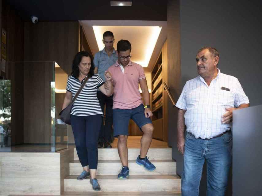 La familia de Adrián Vázquez (centro) saliendo del despacho de su abogado.