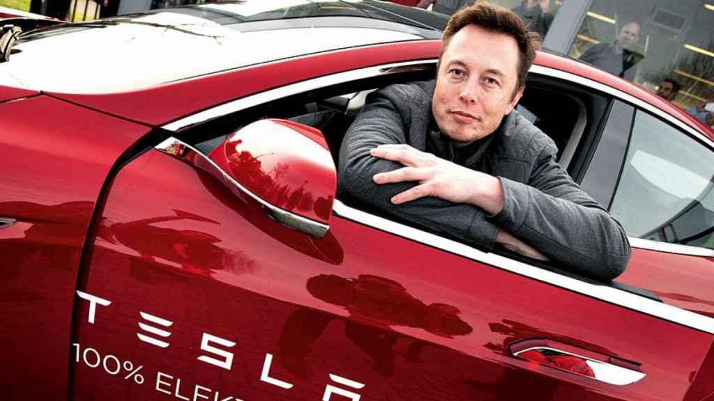 Elon Musk en un Tesla.