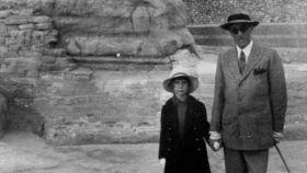 Cayetana de Alba, a los 7 años, en un viaje con su padre a Egipto.