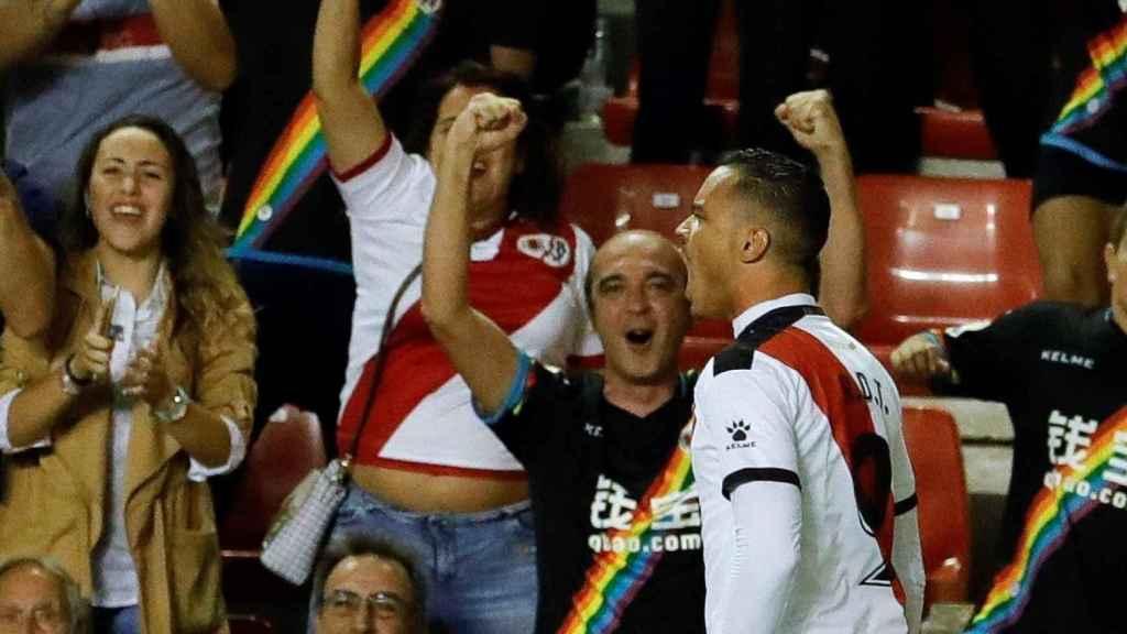 El delantero Raúl de Tomás celebra un gol con el Rayo