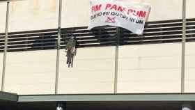 Un muñeco de un guardia civil colgado en la Universitat de Barcelona.