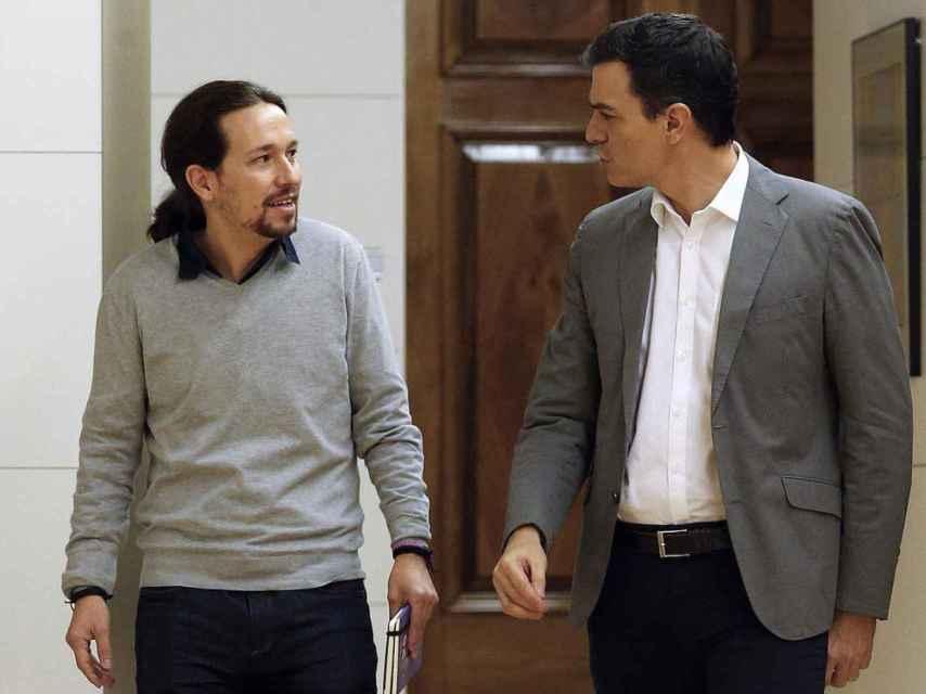 Pablo Iglesias charla con Pedro Sánchez.