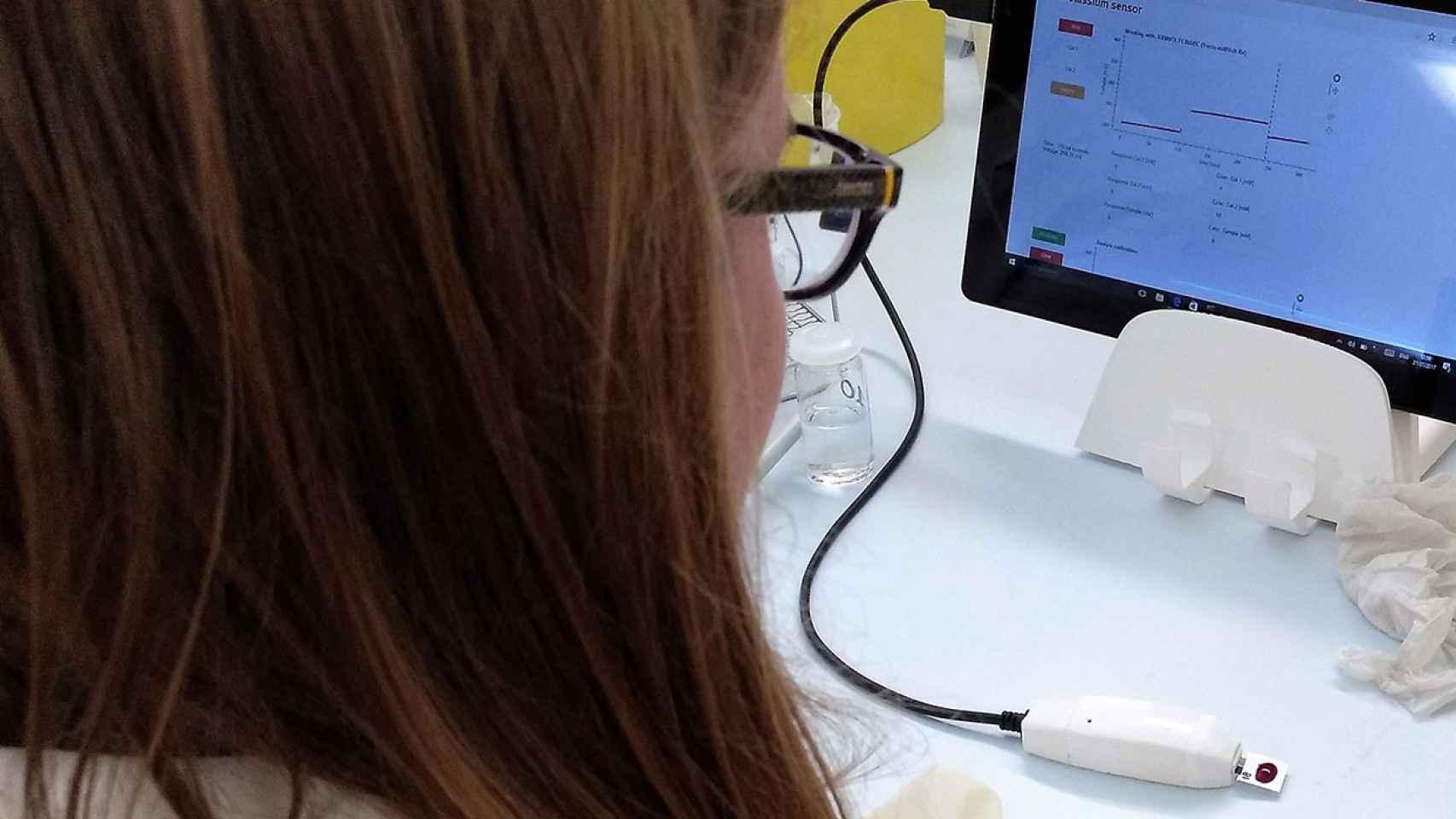 Una profesional sanitaria realizando una de las pruebas de CreatSens en los ensayos clínicos en el Hospital Clinic de Barcelona.