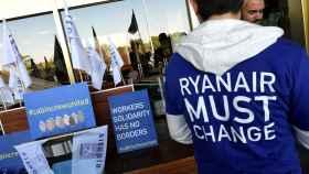 Varios trabajadores de Ryanair durante la huelga de este viernes en Barajas.