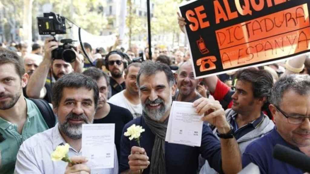 Jordi Sánchez y Jordi Cuixart muestran papeletas del simulacro de referéndum del 1-O