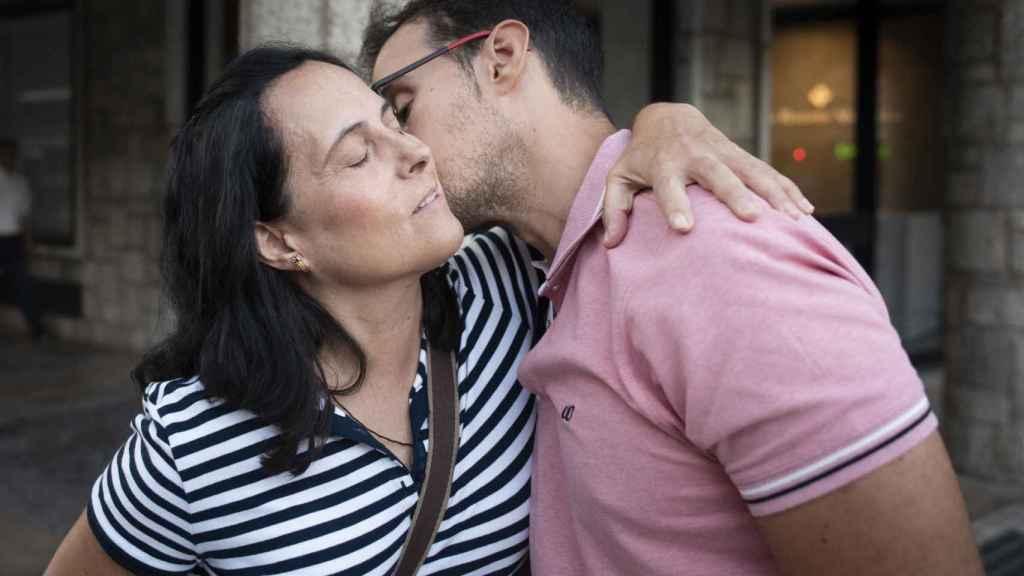 Pilar Dos Santos abraza a su hijo Adrián mientras él le besa. El chico pasó siete meses en coma después de ser atropellado por un conductor que se dio a la fuga y no lo socorrió.