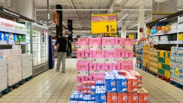 Lineales de leche en el supermercado.