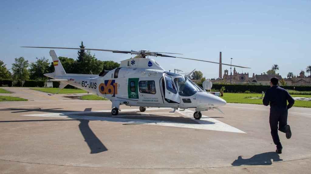Un helicóptero del 061 en la base del servicio de emergencias sanitaria de la Isla de la Cartuja (Sevilla). Foto Fernando Ruso
