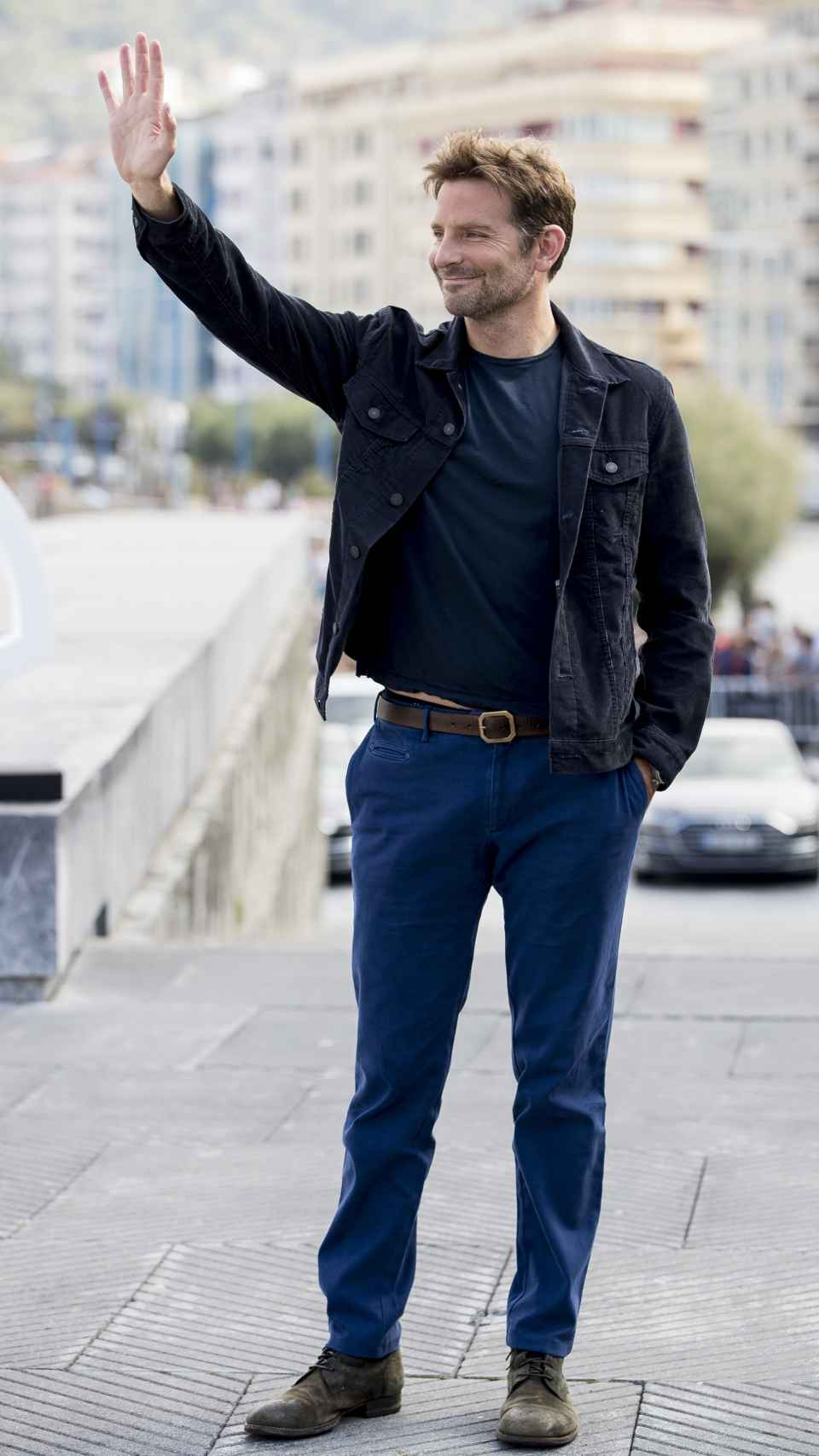 Bradley Cooper saluda a sus fans en San Sebastián.
