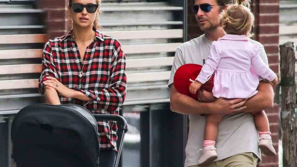 Bradley Cooper e Irina Shayk con su hija por las calles de Nueva York.