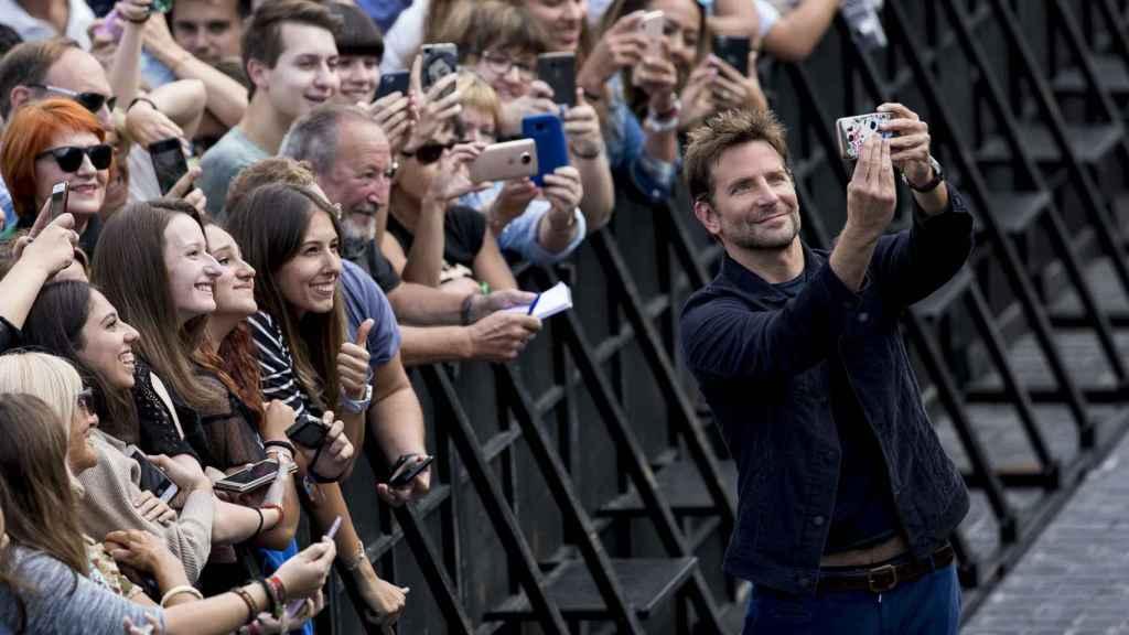 Bradley Cooper y sus seguidores en San Sebastián.