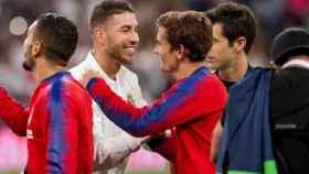 Sergio Ramos y Antoine Griezmann se saludan antes del derbi Real Madrid - Atlético
