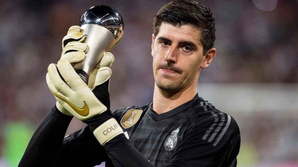 Courtois ofrece al Santiago Bernabéu su premio 'The Best' al mejor portero