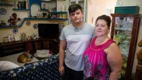 Consolación López Ramos y Alejandro, el hijo que alertó al 061. Foto Fernando Ruso