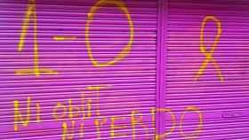 Pintadas independentistas en el cierre del local de la madre de Albert Rivera.