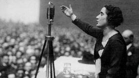 Clara Campoamor durante uno de sus discursos.