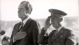 Nixon y Franco escuchan los himnos de EEUU y España en el aeropuerto de Barajas en 1970.