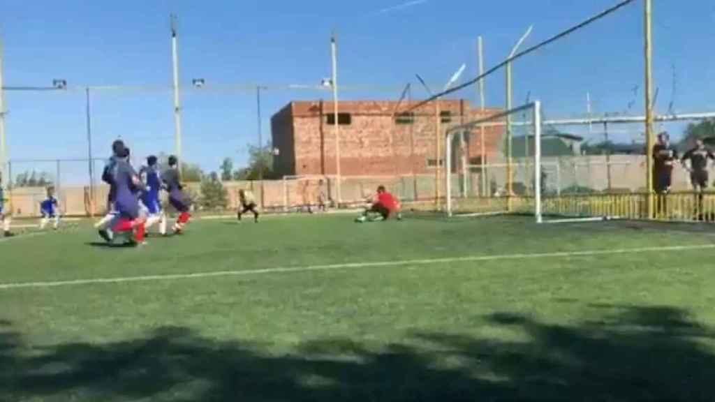 La increíble carambola que comienza en penalti y acaba ¡con gol del árbitro!