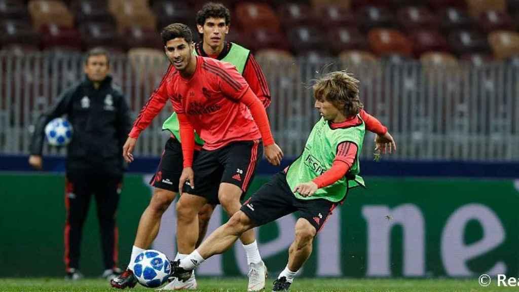 Modric, Asensio y Vallejo en un entrenamiento