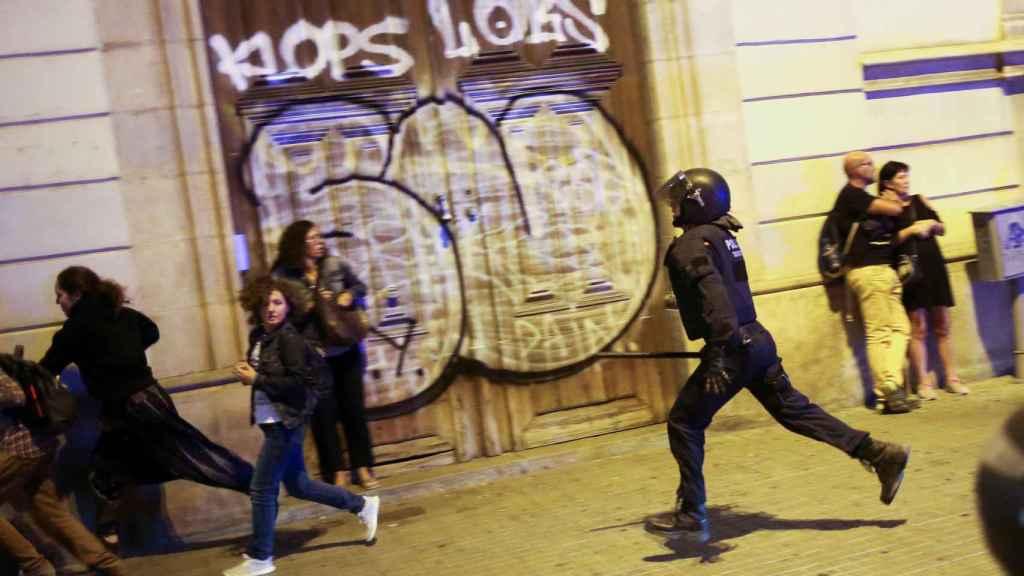 La batalla campal entre Mossos y CDR por el control del Parlament, en imágenes