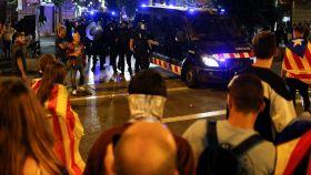 Manifestantes se enfrentan a los Mossos en el intento de ocupación del Parlament del 1-O.