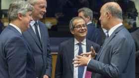 El italiano Giovanni Tria conversa con Moscovici, Centeno y Le Maire durante el Eurogrupo