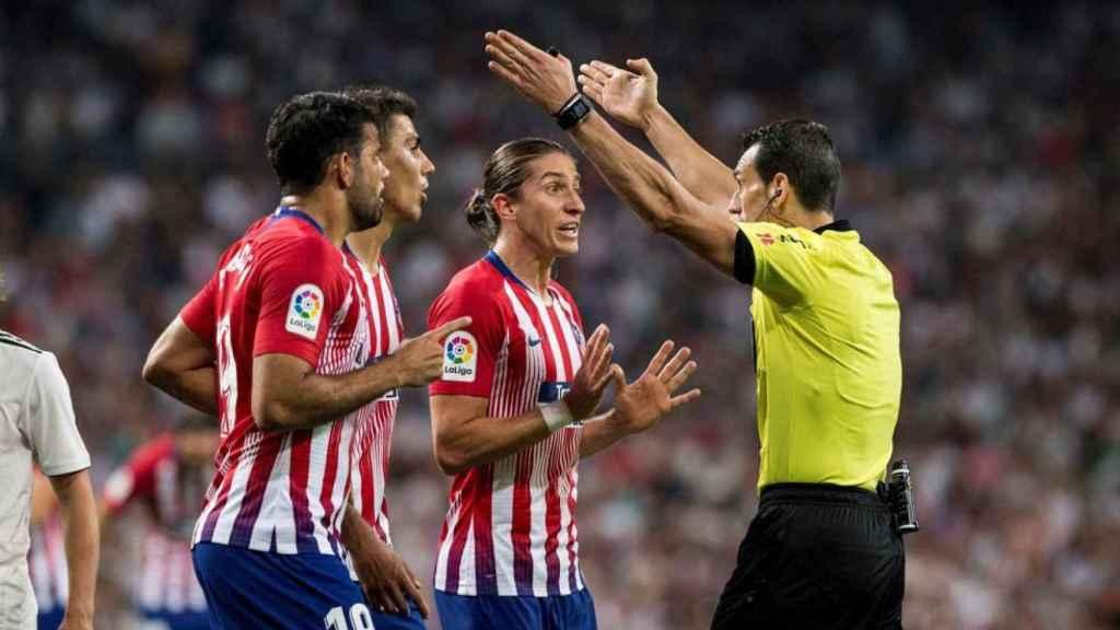 Varios jugadores del Atlético reclaman a Munuera.