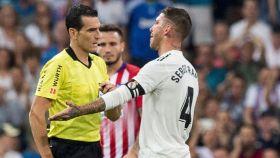 Sergio Ramos reclara a Martínez Munuera.
