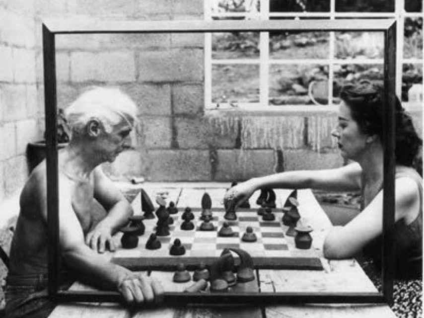 Max Ernst y Dorothea Tanning jugando al ajedrez.