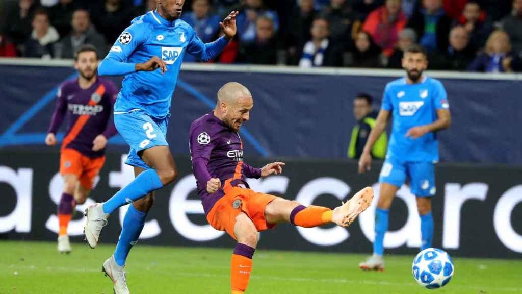 El jugador español del Manchester City David Silva marca el 2-1